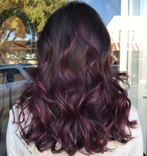 45 Burgunder-Haartöne: Dunkelburgunder, Kastanienbraun, Burgunder mit roten, violetten und braunen Reflexen -  Schwarzes Haar Mit Dezentem Lila Balayage  - #braunen #burgunder #BurgunderHaartöne #dunkelburgunder #haartone #kastanienbraun #mit #reflexen #roten #und #violetten