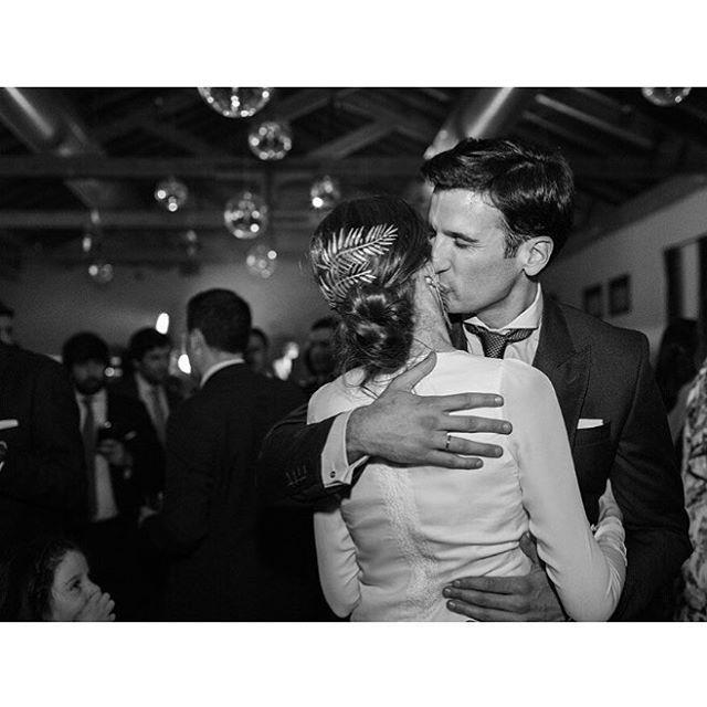 ... ... la novia de los helechos (también por detrás).  #mujeresquesevistenporlacabeza #nuestrasnoviaslasmejores #noviassuma #sumacruz #coleccionesencia #pendienteshelecho (foto @aortizphoto )