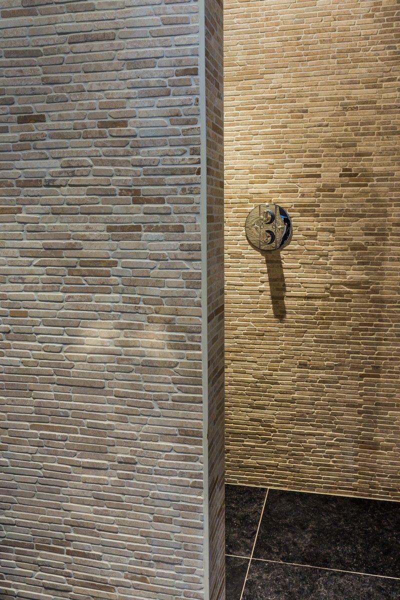 Douche tegels - Materiaal: beige natuursteen strips | Badkamer ...