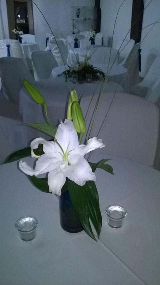 Arreglo desea con florero azul