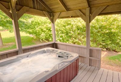 Relaxing In The Hot Tub Hocking Hills Cabins Cabin Rentals Getaway Cabins