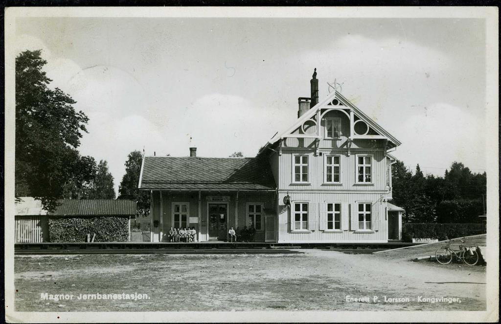 MAGNOR i Eidskog kommune i Hedmark fylke JERNBANESTASJONEN med folk  Utg P. Larsson, Kongsvinger, Stpl. Bureau Amb. Oslo-Charlottenberg B 1937