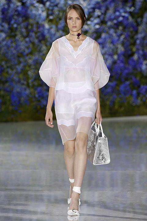 Cortes masculinos y tejidos femeninos, así ve Raf Simons la primavera de Dior  para el próximo año. La pirámide de cristal de Louvre se ha transformado en un majestuoso invernadero
