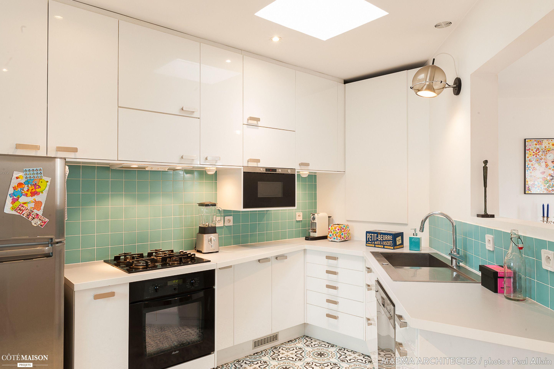 salle de bains la forme atypique avec carreaux de ciment et cr dence vert d 39 eau cuisine. Black Bedroom Furniture Sets. Home Design Ideas