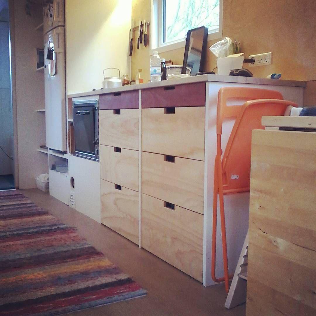 Skufferne er endelig blevet færdige! Det tog kun 8 måneder :-) #teamtinydk #myseosten #tinyhouseinterior #tinyhousekitchen #tinyhouse #tinyhome #diy #drawers #kitchendesign #danishtinyhouse