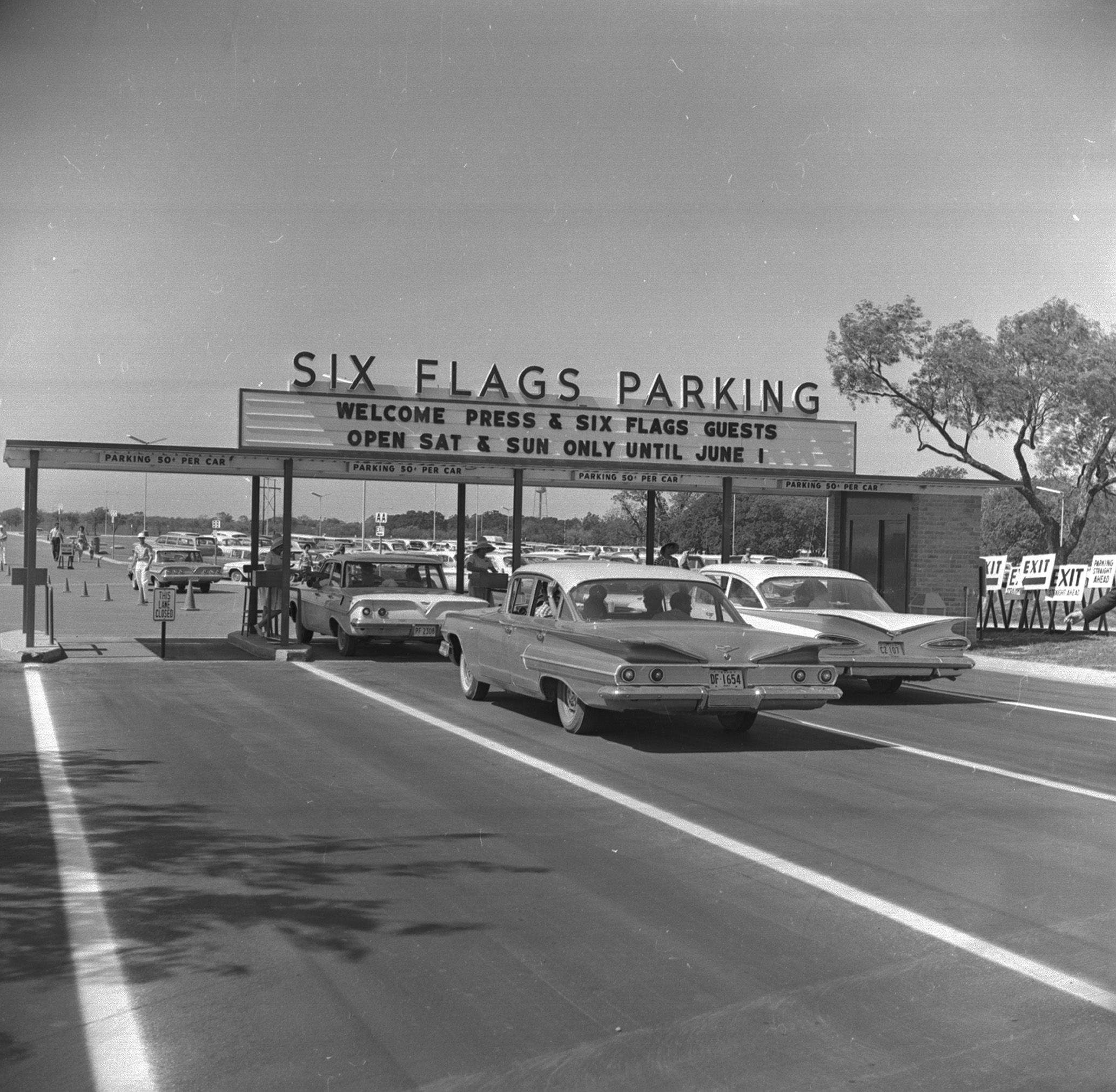 Cars Entering Under Sign Welcome To Six Flags Parking At Six Flags Over Texas Park On Opening Day 04 22 1963 6 Six Flags Over Texas Six Flags Nightlife Travel
