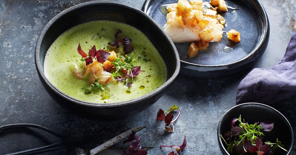 Lækker grøn og cremet persillerodssuppe med torsk toppet med frisk karse.