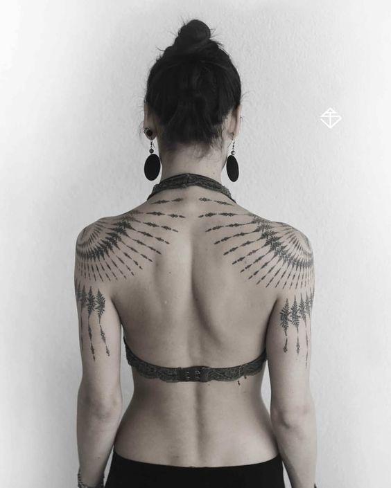 Tattoo-Kunst: Stammes-Farn-Fraktalstück gespiegelt #tattoosandbodyart