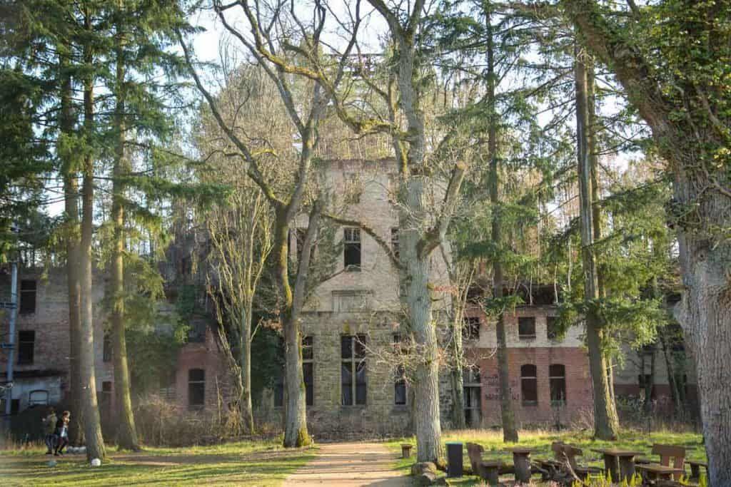 Ein Besuch Der Beelitzer Heilstatten Das Verlorene Krankenhaus Im Wald Reiseblog Mini Globetrotter In 2020 Ausflug Reiseblog Schone Orte