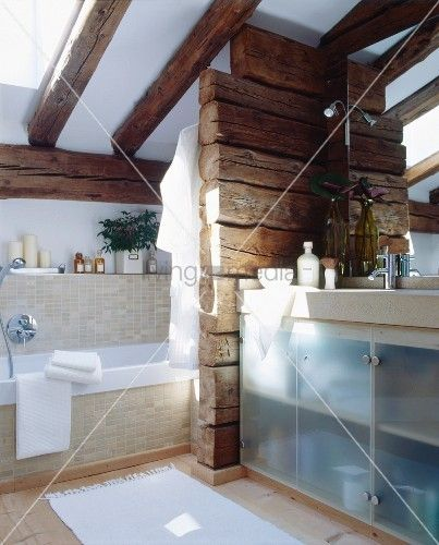 badezimmer mit dachschr ge und holzbalken als raumteiler holzbalken ideas pinterest. Black Bedroom Furniture Sets. Home Design Ideas