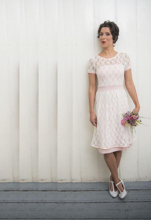 Lachsfarbenes, leicht ausgestelltes Kleid mit einer Lage ...