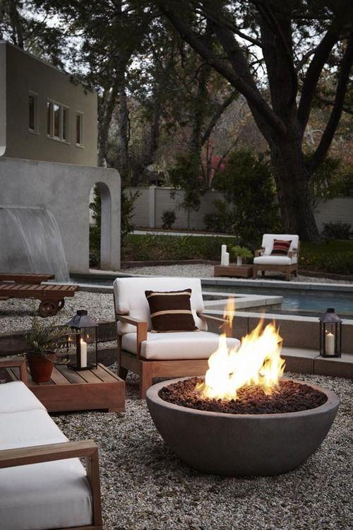 Un salon de jardin confortable, un brasero en béton au milieu, la - photo cuisine exterieure jardin