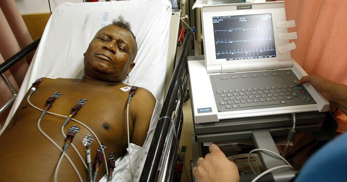 O que um resultado anormal de ECG pode indicar. Os eletrocardiogramas, ou ECGs, são usados para avaliar várias funções cardíacas. Esse exame mostrará aos médicos se o coração examinado possui algum tipo de lesão, qual o nível da frequência cardíaca e se existe alguma anormalidade nos batimentos. Um ECG com resultados anormais pode indicar uma doença cardíaca grave.
