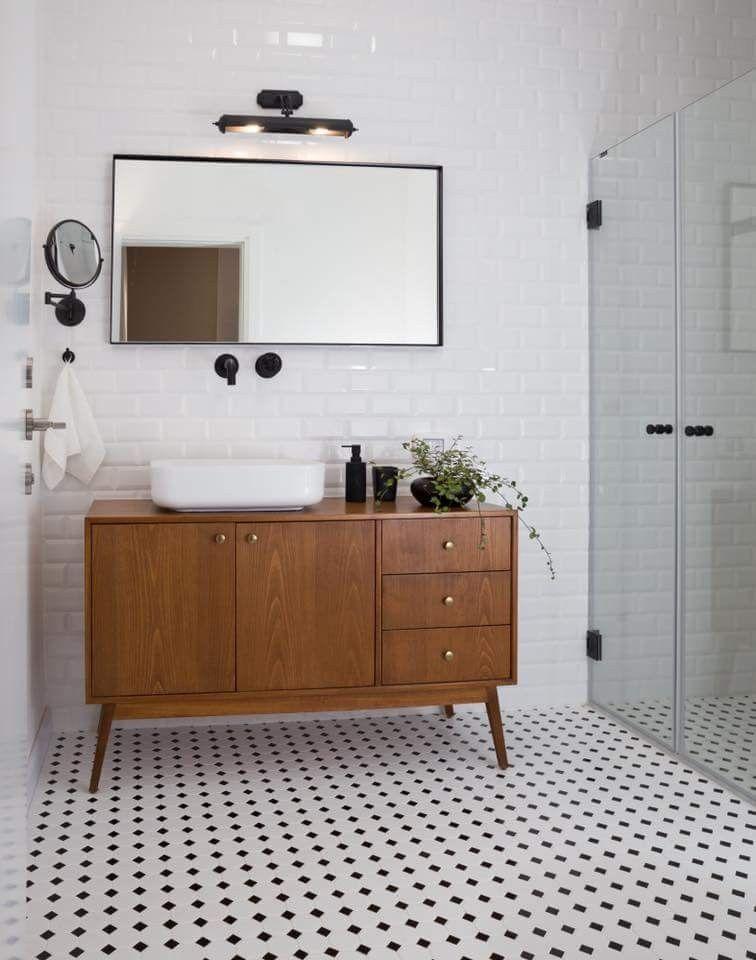 Photo of Sol neutre et carrlage blanc avec meuble bois