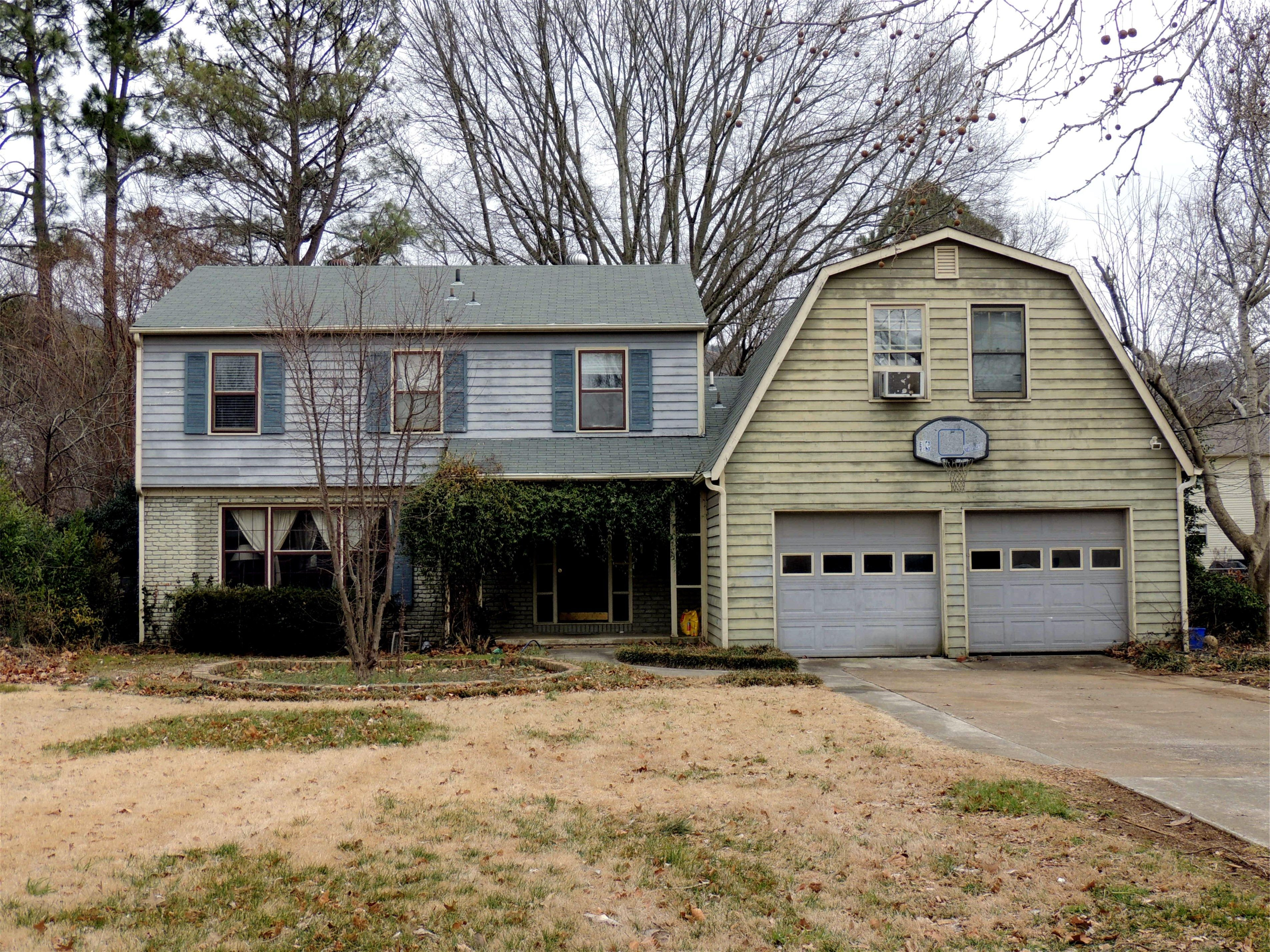This 2527 sq foot house has 4 bedrooms and a bonus room above the garage.  Bonus room is heated/cooled but also has window unit.  Room has 2 closets plus attic space.  Great for 5th bedroom, playroom, office!