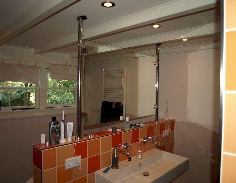 Badkamerspiegel staande spiegel tussen chromen staanders op
