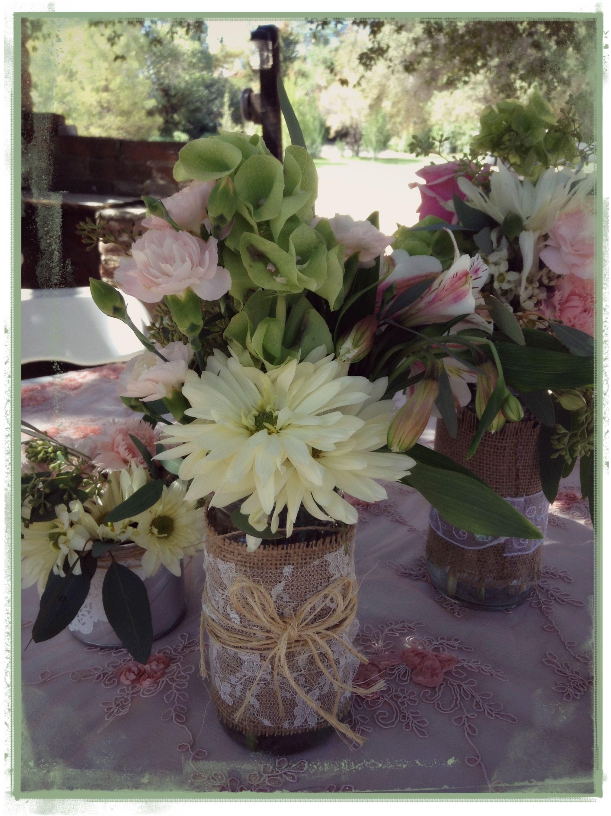 Centro de mesa estilo vintage frascos con flores arreglo - Centros de mesa con flores ...