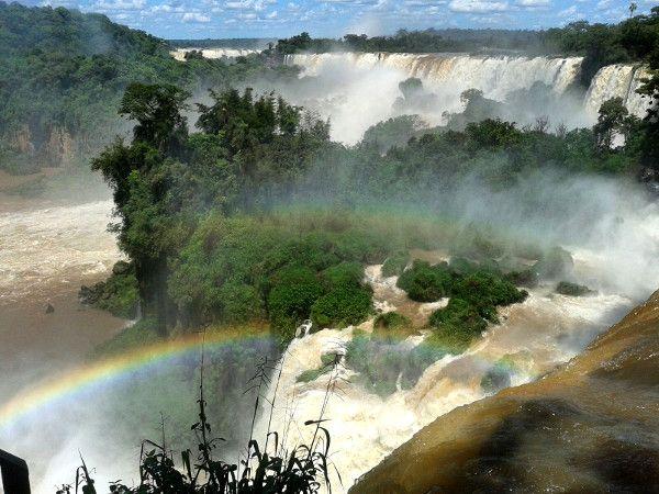 Iguaçú+oder+Iguazú?+Wie+lange+habe+ich+mich+gefragt,+wie+man+das+richtig+schreibt.+Erst+in+Curitiba+wird+mir+klar,+dass+beides+stimmt:+Die+erste+Schreibweise+ist+Portugiesisch+und+die+zweite+Spanisch,+denn+die+Wasserfälle+