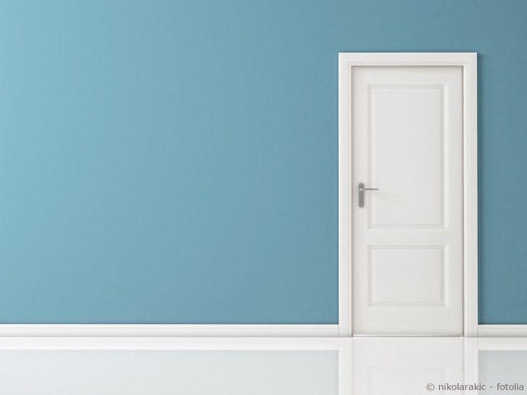 Weiße Tür Und Blaue Wand