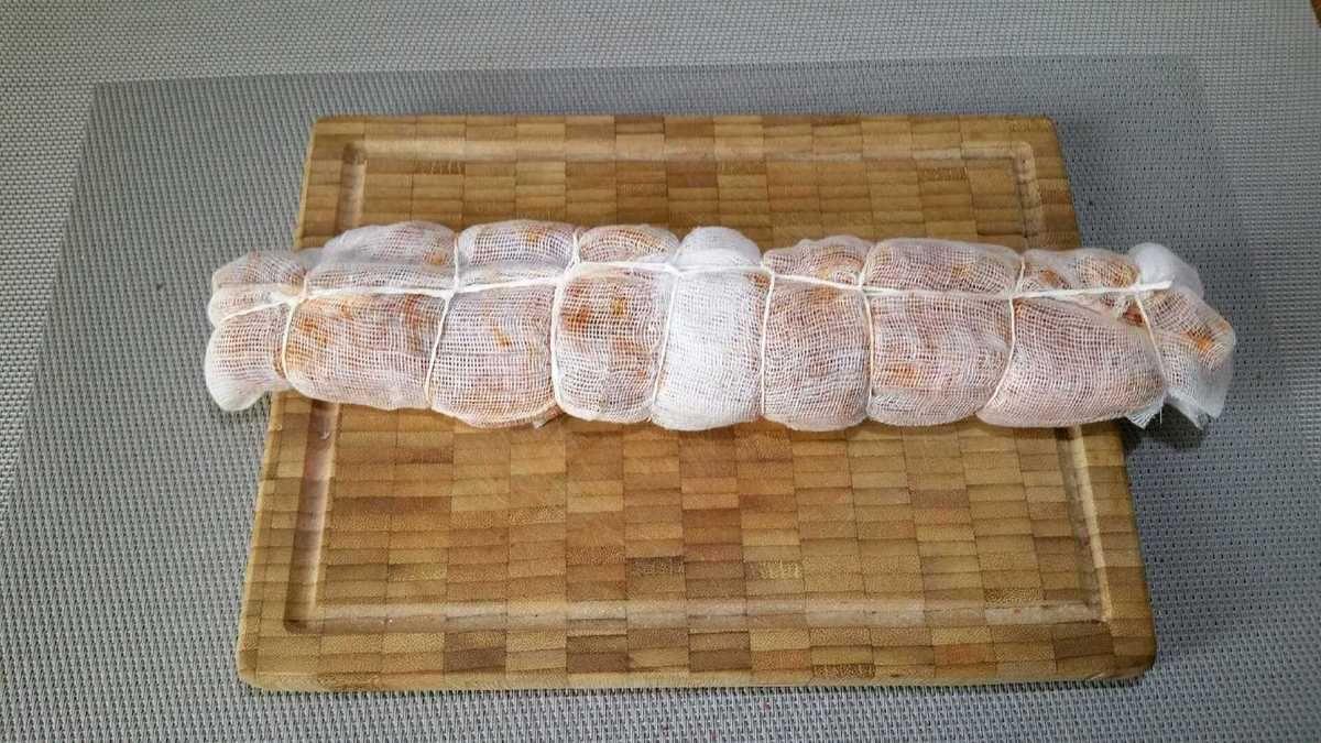 2 - Déplier 2 compresses et les superpoer, faire la même chose avec les 2 autres compresses, les disposer ensuite côte à cote en les faisant se chevaucher légèrement. Poser le filet mignon au centre des compresses et rabattre les 2 côtés sur la viande, terminer en repliant les 2 extrémités. Ficeler le tout avec du fil alimentaire pour maintenir l'ensemble des compresses bien en place. Placer votre pièce de viande ainsi emmaillotée dans le bac à légumes du réfrigérateur pendant 3 semaines. Le…