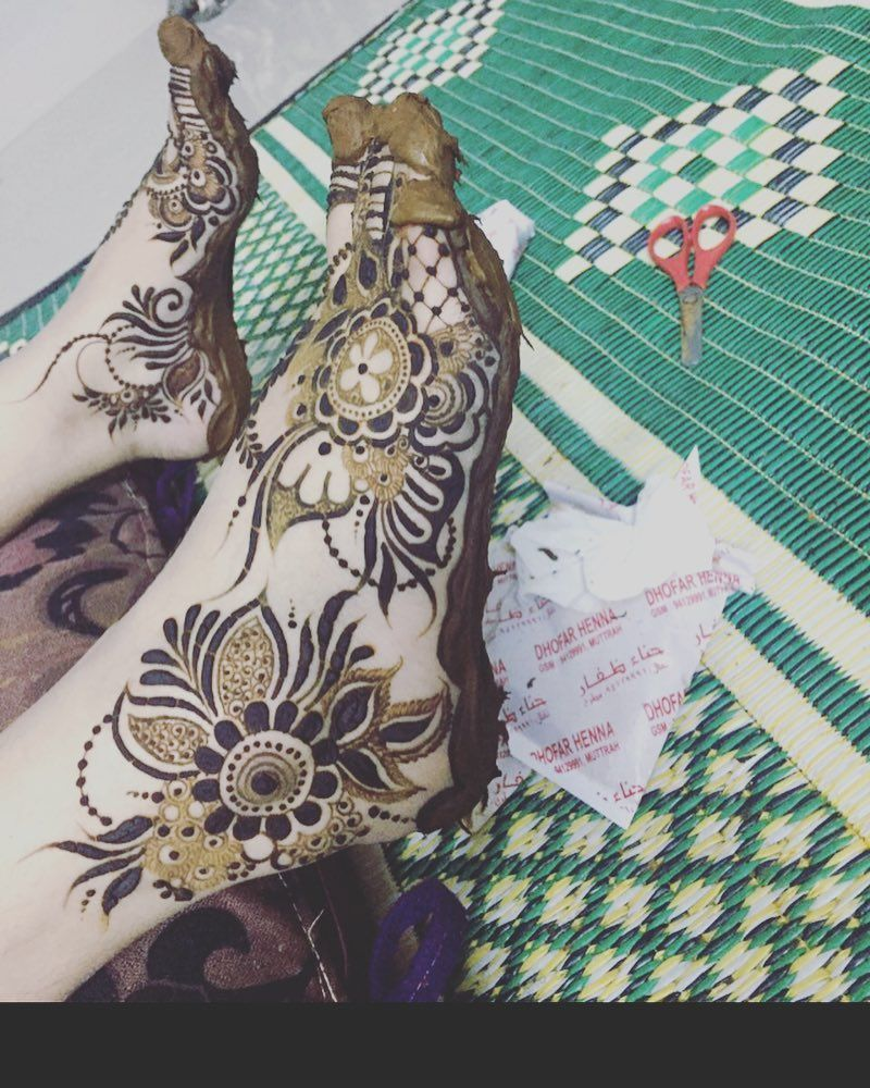613 Likes 7 Comments موقعي مسقط العامراتخلف الجمله Ebtihal9775 On Instagram Leg Henna Designs Foot Henna Bridal Mehendi Designs Hands
