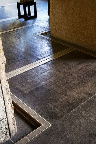 Floor Detail. Castelvecchio. 벽에서 물러나 새로 삽입된 바닥이 기존의 구조 안에 '떠 있는 듯이' 보오기도 함.