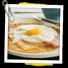 Bereidingswijze: Bak de ham in een pan (zonder olie) en laat deze even afkoelen. Bak in dezelfde pan een ei. Verwarm de JAN Pannenkoeken en leg hierover de kaas, de ham en het gebakken ei. Ook lekker met siroop!