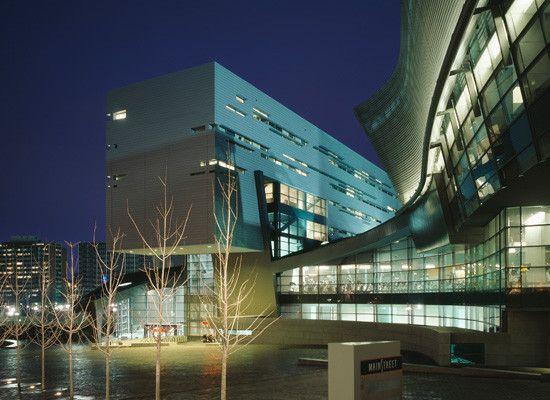 University of Cincinnati Campus Recreation Center (Architect: Morphosis, KZF Design) Photo: Roland Halbe