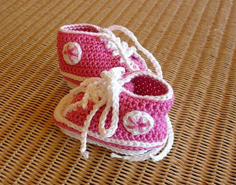 *Der Sommer kann kommen*    Süße gehäkelte Babysneakers für die kleine Dame in der Trendfarbe Pink.      Sportlich zur Jeans, oder chick zum Kleidc...