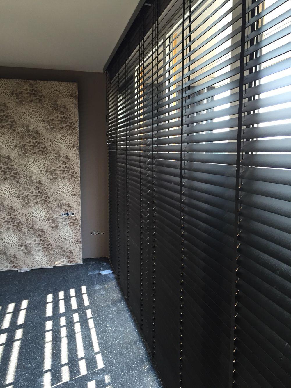 behang in de slaapkamer is van #elitis en de houten jaloezieën, Deco ideeën