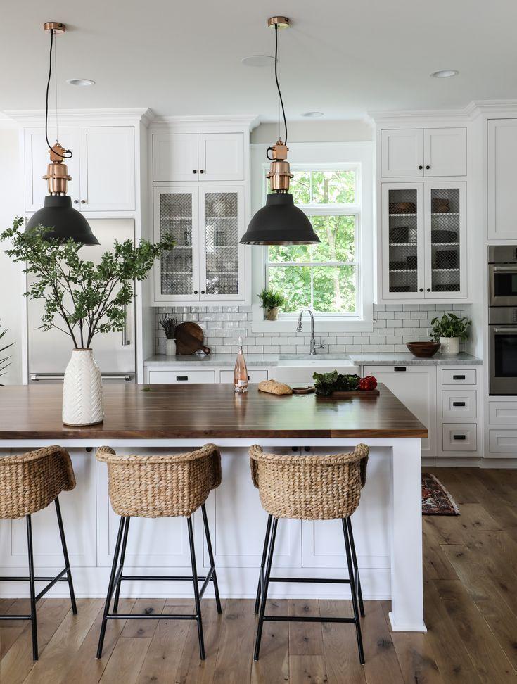 Moderne Landhausküche, weiße Kücheninsel, Barhocker aus Rattan, Landhausbar #kitchendecorideas