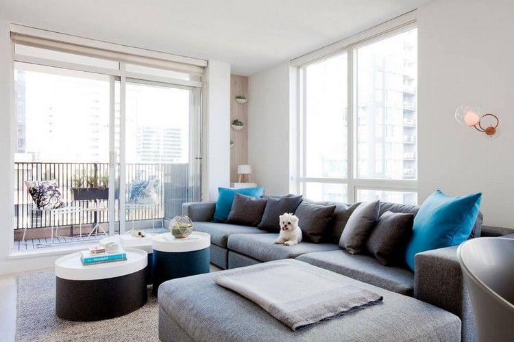 graues Sofa, runde Couchtische in schwarz-weiß und raumhohe