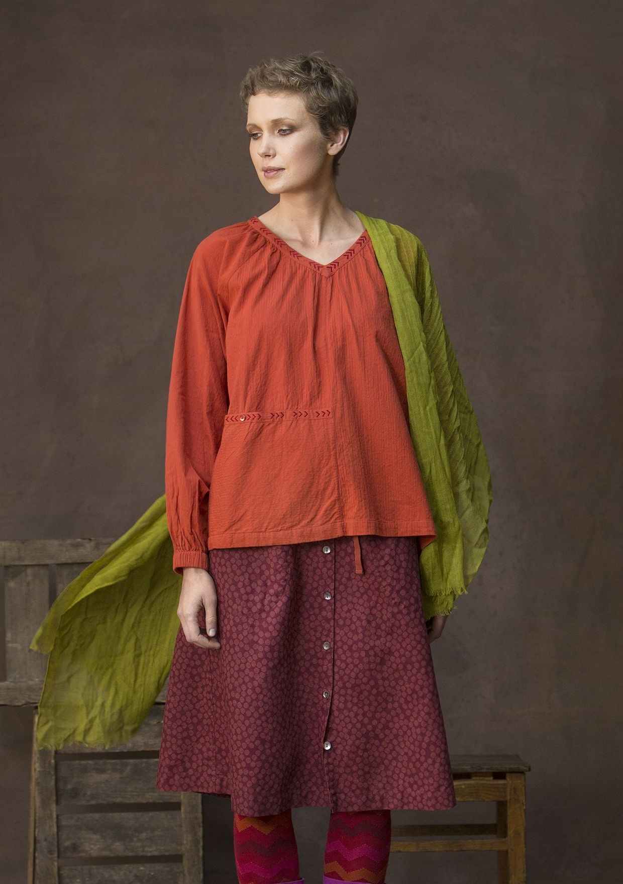 Airy blouse with a faint striped texture in the fabric and oh so comfortable, with plenty of room in this style. V-neck and delightful full-length puff sleeves. Notice the beautiful embroidery that adorns the pocket and the neckline!
