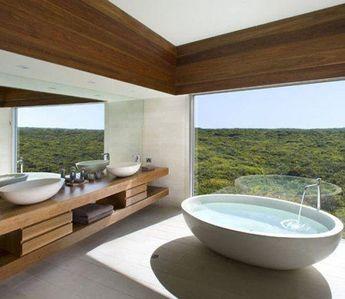 Salle de bain avec baignoire îlot et meuble double vasques ouvrant ...