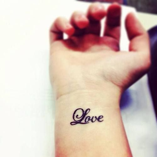 Pequeño tatuaje en la muñeca que dice \u201cLove\u201d.