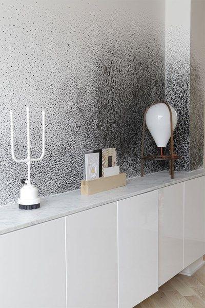 De ontwerper integreerde ook een aantal van zijn eigen ontwerpen in de ruimte. Zo ziet u op de kast uiterst rechts de Lampe Olab, een lamp die niet werkt met een schakelaar, maar een pompje gelijkaardig aan hoe men vroeger parfum verstoof.