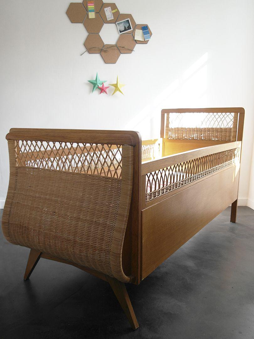 Lit bébé en bois et rotin des années 50. Cadre de lit