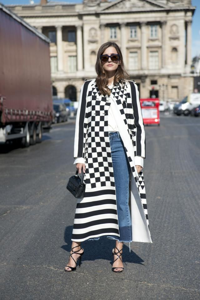 """The Best """"How DOES She Look So Chic"""" Jeans Outfits from Paris: Boyfriend Jeans and Statement Coat"""