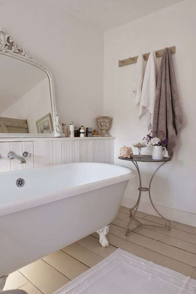 Arredare il bagno in stile shabby chic - Bagno con parquet | Shabby