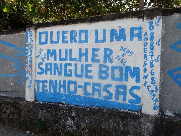 Homem faz 'propaganda' em muros de Salvador para conseguir mulher