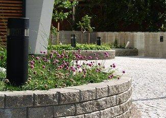 Rudus Muurikko muuri, harmaa. Kaunis kaareva muuri Muurikko-muurikivillä. http://www.rudus.fi/tuotteet/pihakivituotteet/betonimuurikivet/13751/muurikko
