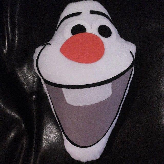 Almofada Olaf, pelúcia com detalhes em feltro, uma ótima opção para deixar sua festa inesquecível.