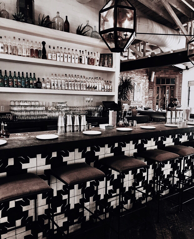 Pin By ᴍᴀʀɪᴄᴀʀᴍᴇɴ On Cafe Restaurants Gothic Living Rooms Table Decor Living Room Photo Wall