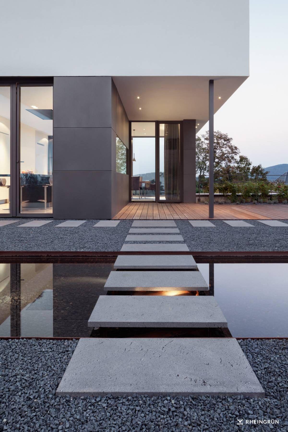 Gartenbeleuchtung Modern exklusive villa mit modernen wasserbecken aus cortenstahl und