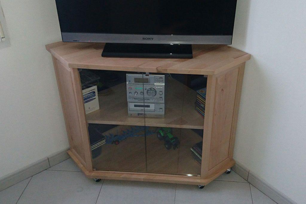 Fabrication sur mesure d\u0027un meuble TV d\u0027angle avec des planches de