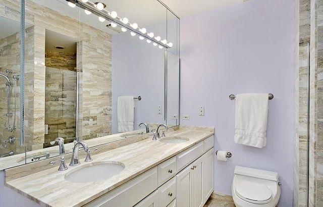 badezimmer streichen ideen flieder weiße möbel fliesen marmor optik