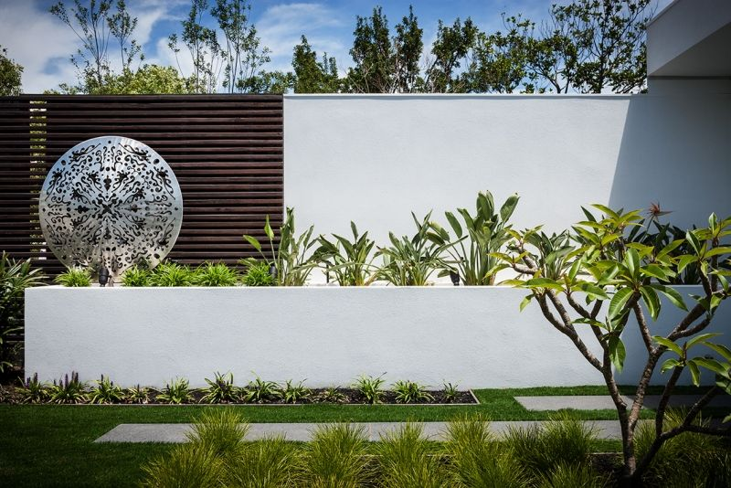 Moderne Gartendeko moderne gartendeko ideen statue aus metall im hochbeet garten