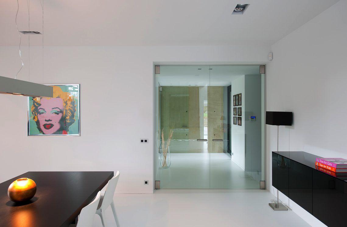 Anyway doors minimalistische woning met moderne deuren hoog
