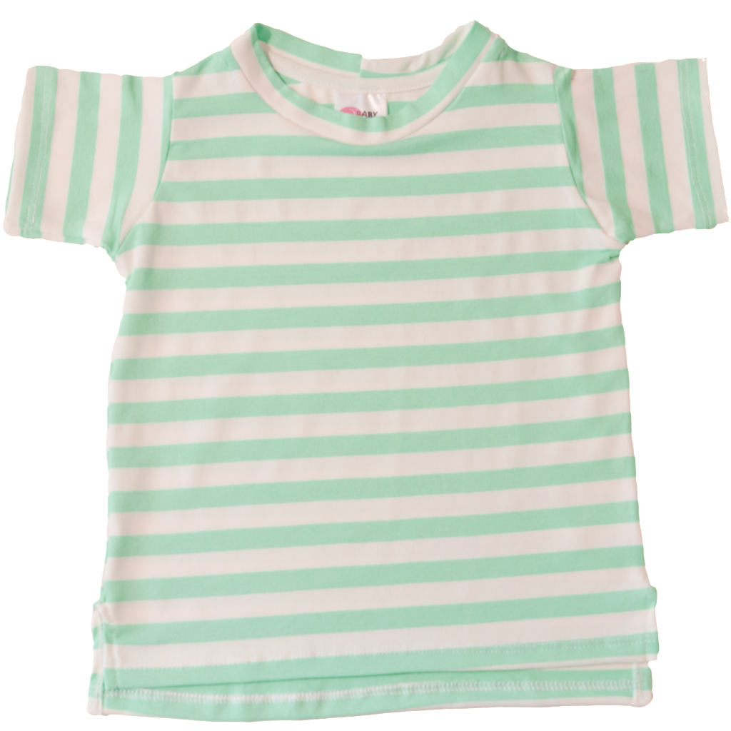 T-shirt Listra Verde    Unindo o charme das listras e a cor do mar, os dias de sol ficarão ainda mais bonitos com essa t-shirt. Super fácil de vestir, malha leve e com detalhe de aberturas laterais.    Composição: 96% viscose 4% elastano.    www.babybellastyle.com