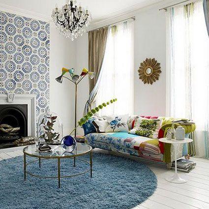 Este sal n fusiona colores alegres con paredes blancas y for De que color de papel tapiz para un corredor